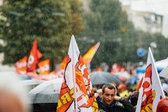 Regnig dag över den politiska marschen under fransk rikstäckande dag ag Arkivfoton