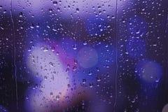 Regnig dag för Bokeh gatatrafikljus Arkivfoto