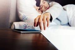 Regnig dag i modernt människolivbegrepp, sömnig kvinna som upp vaknar b Royaltyfria Foton