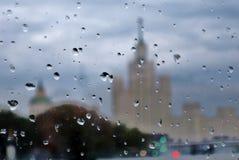Regnig dag i Moskva Regndroppar täcker exponeringsglaset arkivfoton