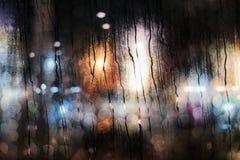 Regnig dag i stadsbegrepp Raindrops på det glass fönstret royaltyfria bilder