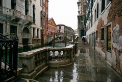 Regnig dag i Venedig, Italien längs kanalen Arkivfoto