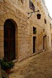 Regnig dag på den gamla smala gatan i Mdina - tyst stad Arkivfoton
