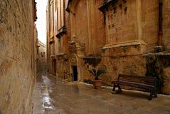Regnig dag på den gamla smala gatan i Mdina - tyst stad Royaltyfria Bilder