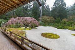 Regnig dag på japanlägenhetträdgården Royaltyfri Foto