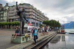Regnig dag på Motreaux Riviera på Genève sjön, med den berömda Freddy Mercury statyn royaltyfria bilder