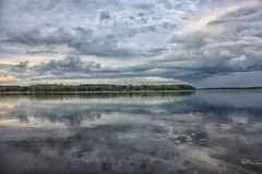 Regnig dag på sjön Arkivfoto