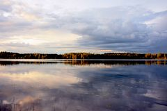 Regnig dag på sjön Arkivbilder