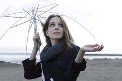 Regnig dag på stranden Arkivfoto