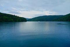 Regnig dag Plitvice sjöar, Kroatien royaltyfri bild