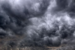 Regnig himmel med mörka moln Royaltyfria Foton