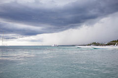 Regnig molnig dag i Dominikanska republiken royaltyfri fotografi