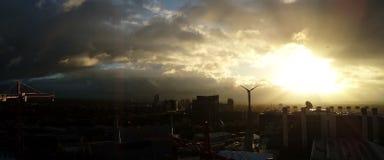 Regnig molnig dag i London Sikt från min tornkran Arkivfoto