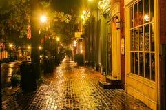 Regnig natt i gammal stad Arkivbild