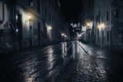 Regnig natt i gammal stad arkivfoton