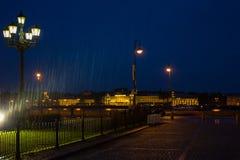 Regnig natt i St Petersburg, Ryssland Arkivfoto