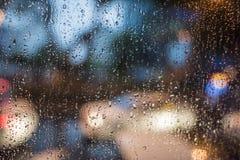 Regnig natt ljus utanför bussfönstret arkivfoton