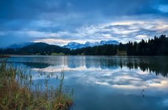 Regnig soluppgång över Geroldsee sjön, Bayern Arkivfoton