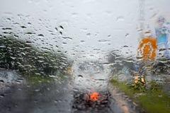 Regniga dagar regn tappar på ett bilfönster Royaltyfri Foto