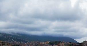 Regniga moln över bergtidschackningsperioden arkivfilmer