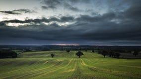 Regniga moln över brittiska bygdfält i höst arkivfilmer