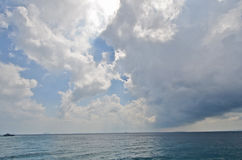 Regniga moln över havet Royaltyfria Bilder