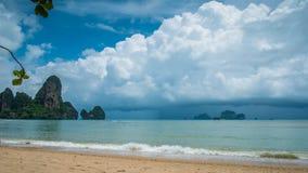 Regniga moln på den Railay stranden i Krabi Thailand askfat Arkivbild