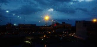 Regniga nätter i staden Arkivfoton