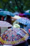 regniga paraplyer för dag Arkivbilder