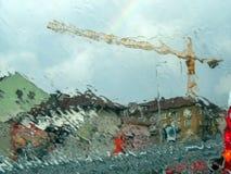 Regniga Sofia - mångfärgade hus och en kran regniga Sofia med regnbågen - ett skott till och med ett vått exponeringsglas arkivbilder