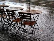regnigt gataväder för cafe Arkivbilder