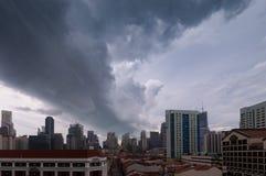 Regnigt moln ovanför stad royaltyfria foton