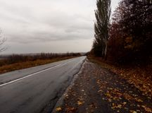 Regnigt väder ovanför vägen royaltyfri bild