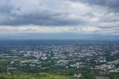 Regnmoln över den Chiang Mai staden Arkivbild