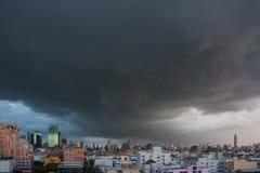 Regnmoln över staden, Thailand Royaltyfri Foto