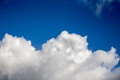 Regnmoln i den ljusa solen Arkivfoto