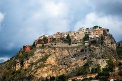 Regnmoln och Monte Tauro i Taormina Arkivbild