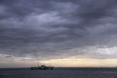 Regnmoln och storm på Istanbul Arkivfoto
