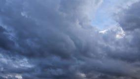 Regnmoln som är rörande på himmel, full HD video för tidschackningsperiod stock video