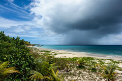 Regnmolnet över havet, mjöd skäller, Anguilla, brittiska västra Indies BWI som är karibiska Royaltyfri Fotografi