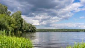 Regnmolnet kommer över en sjö lager videofilmer