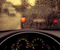 Regnsmå droppar på bilvindrutan Arkivbilder