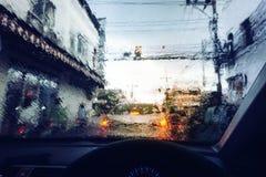 Regnsmå droppar på bilvindrutan royaltyfri bild