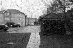 Regnsmå droppar på exponeringsglas Royaltyfri Foto