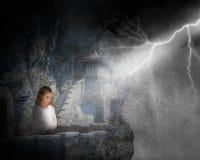 Regnstorm, slott, berg, flicka, blixt arkivfoton
