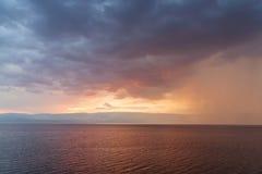 Regnstormar händer på havet royaltyfri bild