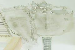 Regnvatten läcker på taket orsaka skada, tegelplattor och gipsbrädet arkivbild