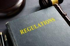 Regolamenti libro e martelletto Concetto di LEGGE fotografie stock