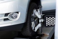 Regolato della ruota di automobile con l'allineamento dell'automobile Immagini Stock