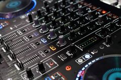 Regolatore autonomo del miscelatore del giocatore del DJ e del DJ Immagine Stock Libera da Diritti